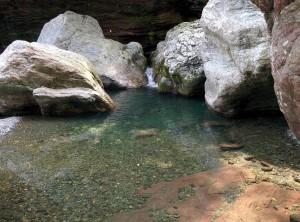 穏やかな流れと巨石群