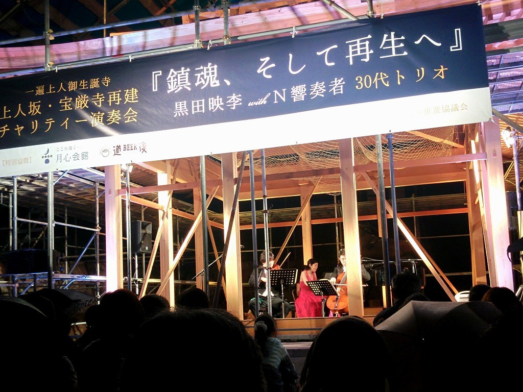 木組み状態の御堂で演奏